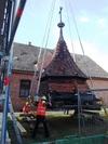 Die Kappe wird abgenommen und zur Sanierung der Deckenbalkenlage vor dem Turm abgesetzt (Bild: 4/10)